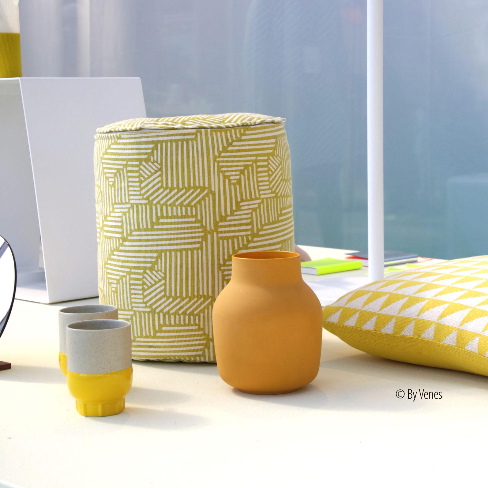 Poef aardewerk sierkussen geel terracotta. Interieur accessoires