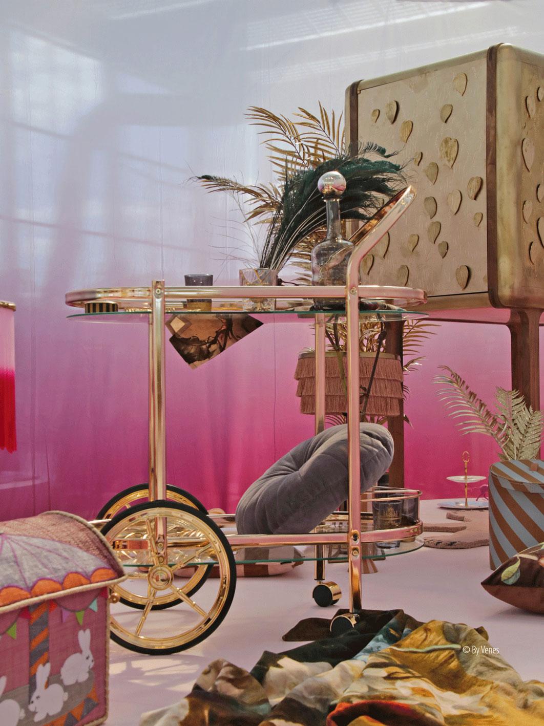 Bar trolley Bar cart. Clubstyle goud fluweel rijke kleuren