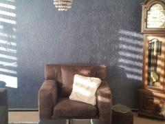 Leren fauteuil blauwe muurverf woonkamer Heerlen