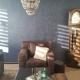 Leren stoel tegen blauwe muur