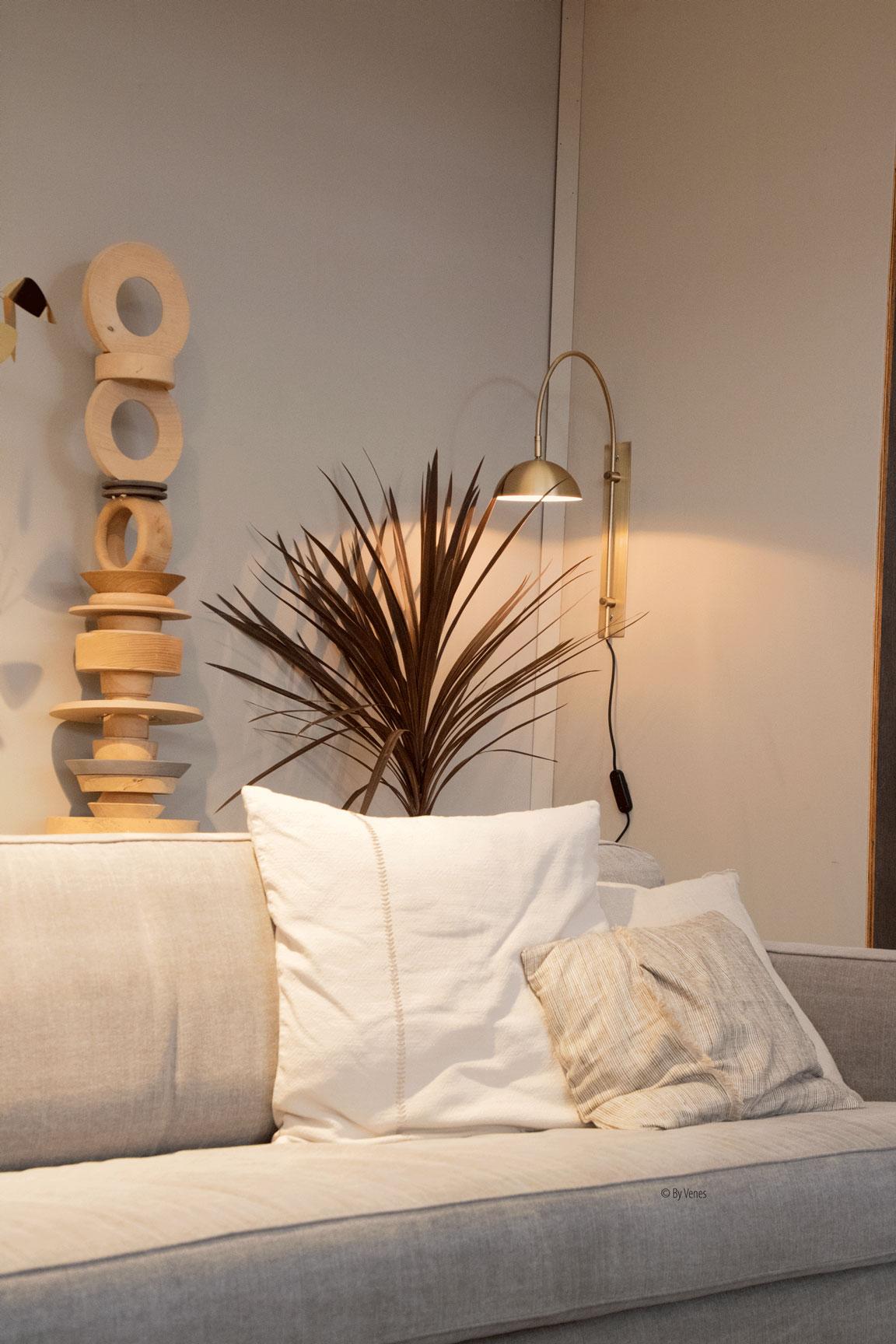 Creëer een persoonlijke sfeer in je interieur. Wandlamp messing VTWonen Ruben vd Scheer kunstwerk hout
